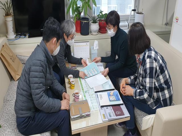 부천시장애인종합복지관에서 보완대체의사소통판 사용방법을 설명하고 있다. (사진 = 부천시)