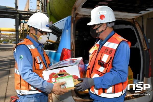 정송묵 포항제철소 제선부장(오른쪽)이 25일 자매마을인 해도동 대해종합시장에서 구입한 과일을 협력사 직원에게 전달하고 있다. (사진 = 포항제철소)