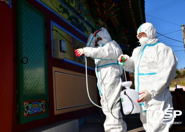 포항제철소 STS압연부 직원들이 자매마을인 인주리 광명사에서 방역 활동을 실시하고 있다. (사진 = 포항제철소)