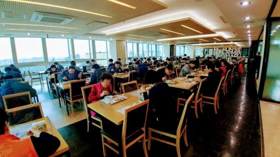 수원시 공직자들이 투명 칸막이가 설치된 구내식당에서 식사하고 있다. (사진 = 수원시)