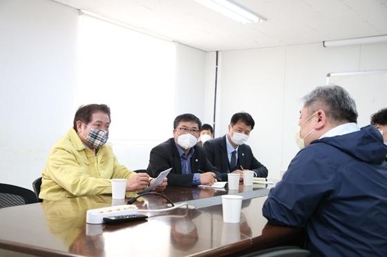 최대호 안양시장(왼쪽 첫번째)이 26일 관내 체온계 제조업체를 찾아 관계자들과 이야기를 나누고 있다. (사진 = 안양시)