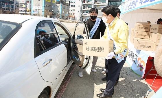 ▲서산시가 드라이브 스루 농산물 판매전을 진행했다. (사진 = 서산시)