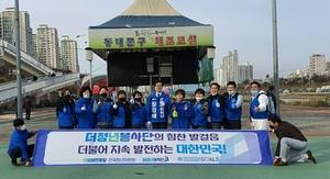 [NSP PHOTO]더청년봉사단, 장경태 후보와 중랑천 방역 봉사 펼쳐