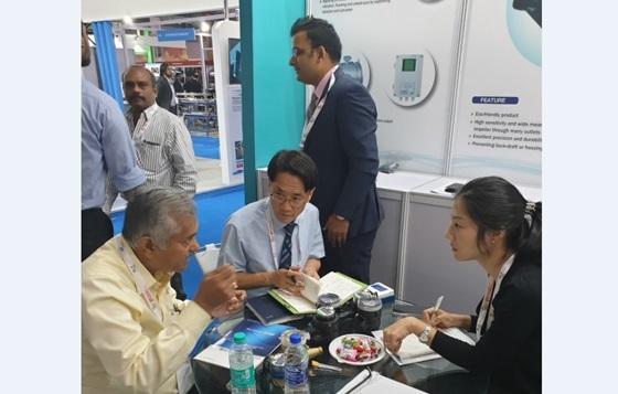 지난해 10월 인도 뭄바이 물하수폐기물재활용 전시회(IFAT India 2019)에서 효성화학 직원들이 현지 바이어와 상담중이다. (사진 = 효성)