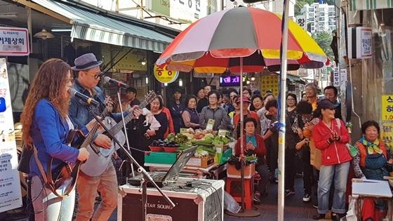 지난해(2019년) 괴정골목시장에서 상인과 시민들이 함께 축제를 즐기는 모습 (사진 = 소상공인시장진흥공단)
