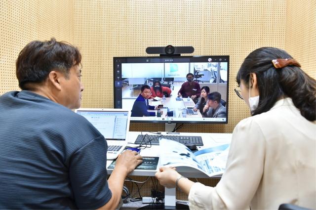 수출 중소기업을 위한 온라인 화상 수출상담 지원 모습. (사진 = 경기도)