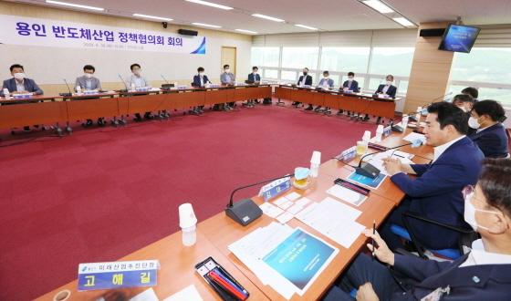 지난달 30일 용인시청 컨퍼런스룸에서 백군기 용인시장이 관계자들과 용인 반도체 소재·부품·장비 산업 육성과 발전전략 정책협의회를 진행하고 있다. (사진 = 용인시)