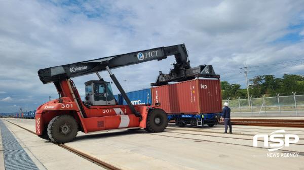 1일 포항영일만항 철송장에서 컨테이너를 실은 화물열차가 힘찬 첫 출발의 기적을 울렸다. (사진 = 포항시)