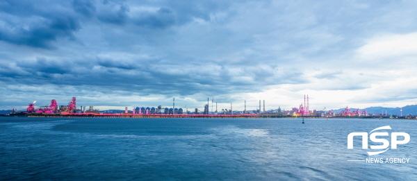 포스코 포항제철소가 세계 최대 길이인 6km 야간 경관조명을 완성해 1일부터 포항시민에게 공개한다. (사진 = 포스코 포항제철소)