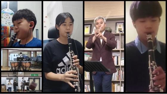 1일 언텍트로 오케스트라를 지휘하고 있는 곽상욱 오산시장(오른쪽 두번째)과 단원들이 공연을 하고 있다. (사진 = 오산시)