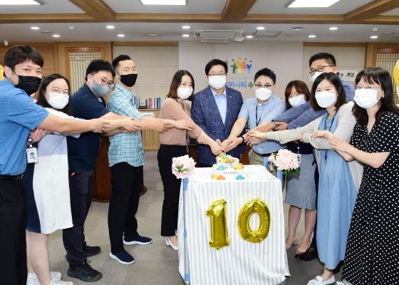 1일 염태영 시장(왼쪽 여섯번째)과 2010년 임용된 수원시 공직자들이 함께 케이크 컷팅식을 하고 있다. (사진 = 수원시)