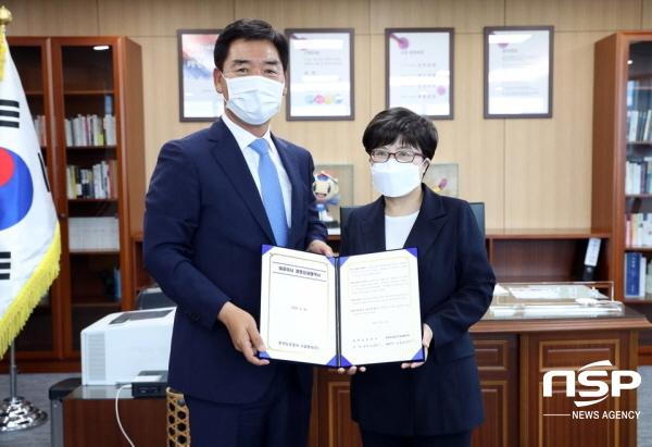 (왼쪽부터)오중기 한국도로공사시설관리 대표, 김진숙 한국도로공사 사장