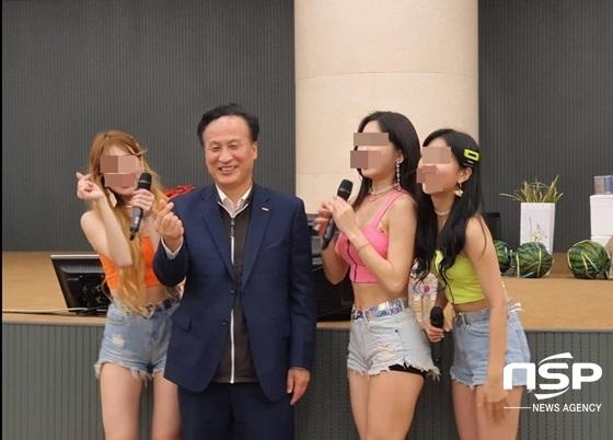 배동욱 소상공인연합회 중앙회장(왼쪽 두번째)이 걸그룹들과 기념촬영을 하고 있다. (사진 = 강은태 기자)
