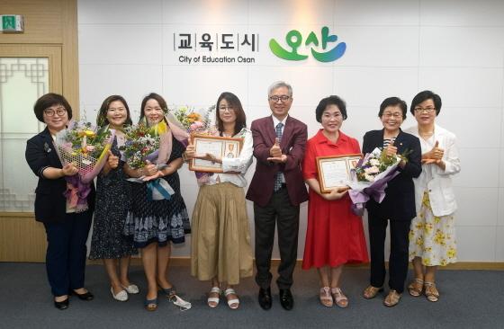 3일 곽상욱 오산시장(오른쪽 네번째)이 양성평등에 기여한 유공자 수상자 및 여성단체협의회 관계자들과 기념촬영을 하고 있다. (사진 = 오산시)