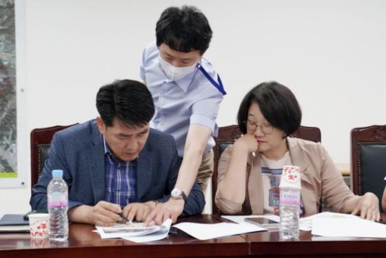 배정수·신미숙 의원이 간담회에서 지역 현안을 점검하고 있다. (사진 = 화성시)