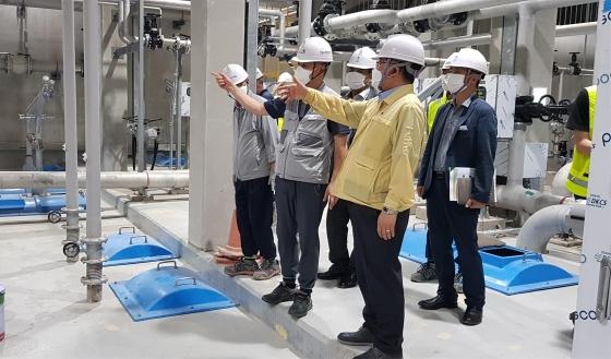이종호 평택시부시장(오른쪽 두 번째)이 2일 오성공공하수처리시설 건설공사 현장을 점검하고 있다. (사진 = 평택시)