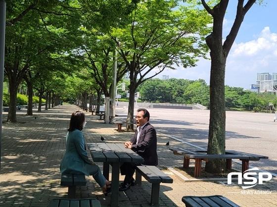 김선희 사단법인한국이용사회중앙회 회장이 MBC 취재 기자와 배 회장의 춤판 논란에 대해 인터뷰하고 있다. (사진 = 강은태 기자)