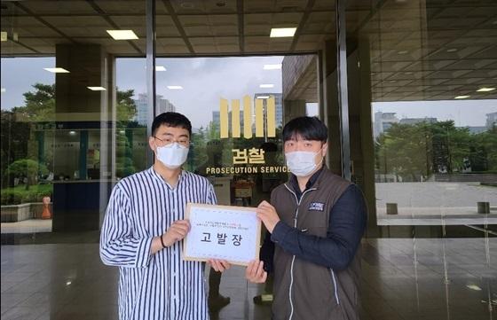 장기수 소공연 노조위원장(좌)과 노조원이 배동욱 소공연 회장을 검찰에 고발하고 있다. (사진 = 소공연 노조)