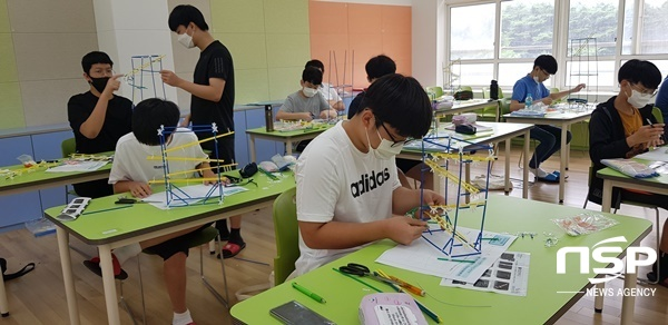 영재교육원 영재캠프 참가학생들이 창의적 구조물 만들기를 하고 있다. (사진 = 문경교육지원청)