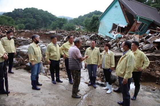 안성지역 수해 현장에서 안성시의원들이 피해 주민의 요구사항을 듣고 있다.