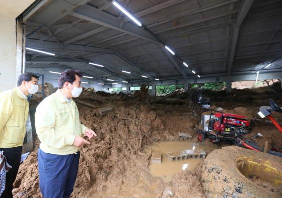 6일 백군기 용인시장(오른쪽)이 모현읍 산사태 매몰현장을 긴급 점검하고 있다. (사진 = 용인시)