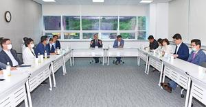[포토]여수시의회, 대형 물류센터 찾아가 '상생협약' 제안