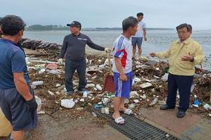 [NSP PHOTO]서천군, 집중호우로 떠내려 온 수해쓰레기 처리 중