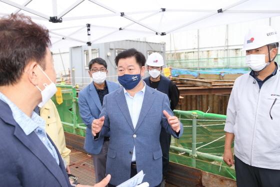 11일 박승원 광명시장이 광명7동 공사현장 점검을 하고 있다. (사진 = 광명시)