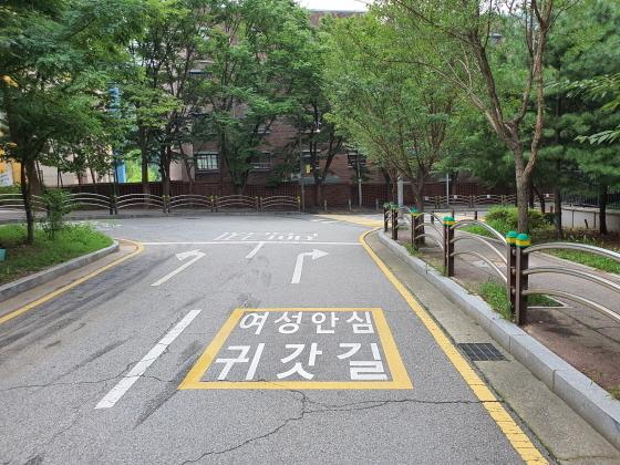 광명경찰서가 노면에 여성안심귀갓길 표지를 설치했다. (사진 = 광명경찰서)