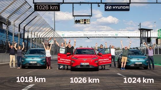 현대자동차, 아우토빌트 관계자들이 시험주행을 마친 뒤 환호하고 있다. (사진 = 현대차)
