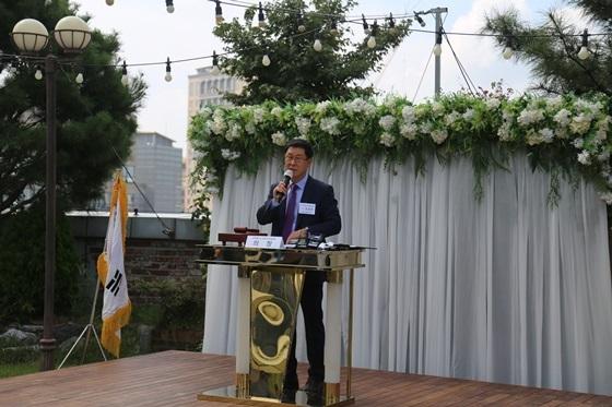 김임용 소공연 수석부회장이 배동욱 소공연 회장 해임 임시총회를 사회하고 있다. (사진 = 소공연)