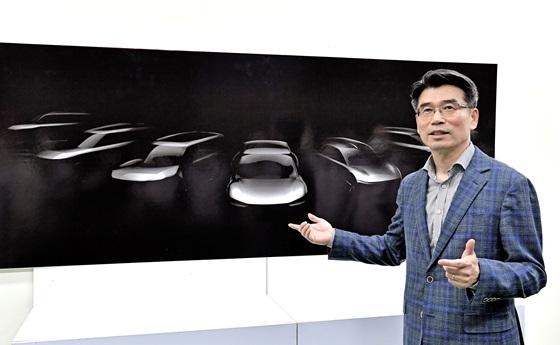 기아자동차 화성공장을 방문한 송호성 사장이 오는 2027년까지 출시될 기아자동차 전용 전기차 모델 라인업의 스케치 이미지를 설명하는 모습 (사진 = 기아차)
