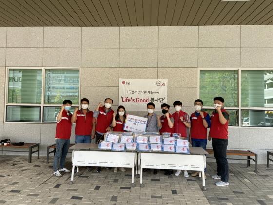 15일 LG전자 봉사단이 후원물품 전달 후 기념촬영을 하는 모습. (사진 = 오산시)
