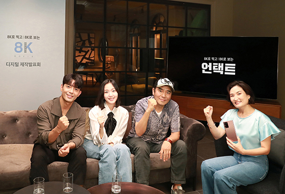 왼쪽부터 배우 김주헌, 김고은, 김지운 감독, 진행자 박경림. (사진 = 삼성전자)