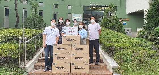 지난 11일 대한결핵협회 경기도지부 관계자들이 결핵 홍보용 파스 전달 후 기념촬영을 하는 모습. (사진 = 수원시)