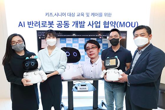 KT가 스테이지파이브, 누와 로보틱스, 아쇼카 한국과 함께 17일 서울 송파구 스테이지파이브 본사에서 AI 반려로봇 공동 사업을 위한 업무협약을 체결했다. (사진 = KT)