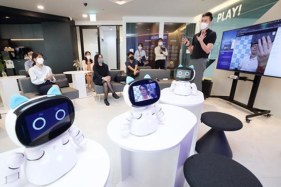 17일 서울 송파구 스테이지파이브 본사에서 진행된 AI 반려로봇 공동 사업을 위한 업무협약식에서 누와 로보틱스 Leo Guo(화면속) 대표와 화상 연결 시연을 하고 있다. (사진 = KT)