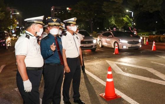 최해영 경기남부경찰청장(가운데)이 음주운전 단속 현장을 방문해 단속 경찰관들을 격려하고 있다. (사진 = 경기남부경찰청)