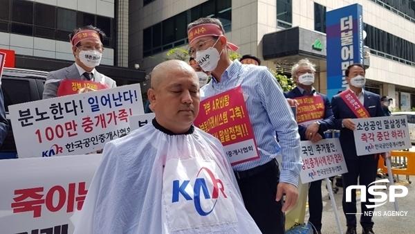 삭발 중인 차형운 한국공인중개사협회 서울남부지부장(사진=유정상 기자)