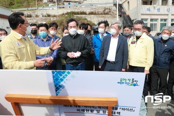 더불어민주당 이낙연 당대표(가운데 검은색 점퍼)가 26일 태풍 마이삭과 하이선으로 큰 피해를 입은 경북 울진군 현장을 방문했다. (사진 = 울진군)