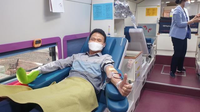 14일 경인지방병무청 관계자가 헌혈을 하는 모습. (사진 = 경인지방병무청)