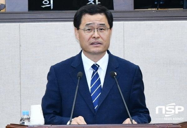 여수시의회 김종길 의원이 전남동부권에 의과대학과 대학병원 설립을 촉구하는 건의안에 대해 제안설명을 하고 있다. (사진 = 여수시의회)