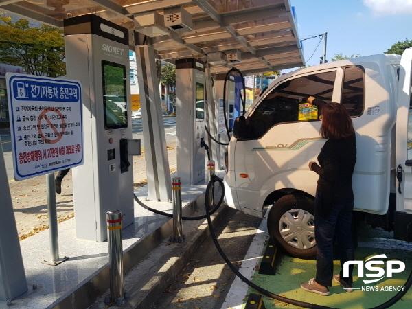 포항시는 환경친화적 자동차의 개발 및 보급 촉진에 관한 법률에 따라 오는 2021년 1월부터 전기자동차 충전방해 행위에 대한 과태료를 부과하기에 앞서 시민들을 대상으로 관련 규정에 관한 홍보 및 계도기간을 가진다. (사진 = 포항시)