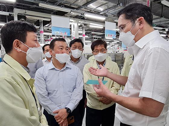 이재용 부회장이 20~21일 베트남 하노이 인근에 위치한 삼성 복합단지를 찾아 스마트폰 생산공장 등을 점검하는 모습. (사진 = 삼성전자)