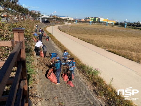 포항제철소 임직원들이 24일 청림동 냉천 일대에서 주민들이 쾌적하게 공원을 이용할 수 있도록 나뭇가지를 정리하고 있다. (사진 = 포항제철소)