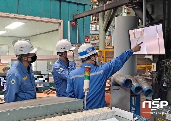 포항제철소와 임가공사 직원들이 2냉연공장에서 스마트 영상인식 기술로 촬영된 제품의 품질상태를 점검하고 있다. (사진 = 포항제철소)