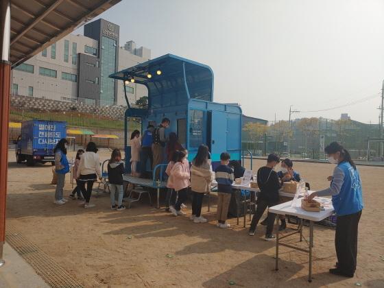27일 오산삼미초등학교 학생들이 에코트럭에서 쓰레기 재활용 체험을 하는 모습. (사진 = 오산시)