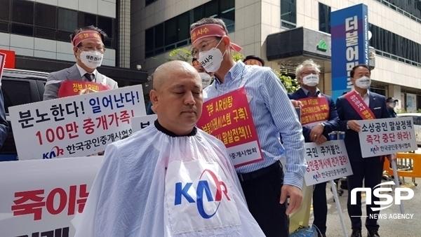 지난 9월 24일 집회 도중 삭발 중인 차형운 한국공인중개사협회 서울남부지부장(사진=유정상 기자)