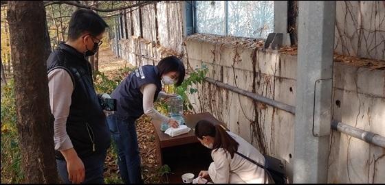 박미효 서울시 서초구의원이 길고양이 급식소를 설치하고 있다. (사진 = 박미효 의원실)