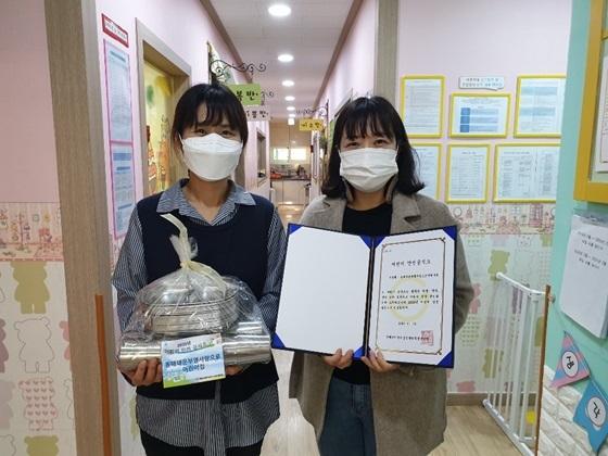 동해쇄운 부영 사랑으로 어린이집 원장(오른쪽)이 동해시 어린이급식관리지원센터 관계자와 기념촬영을 하고 있다. (사진 = 동해시어린이급식관리지원센터)